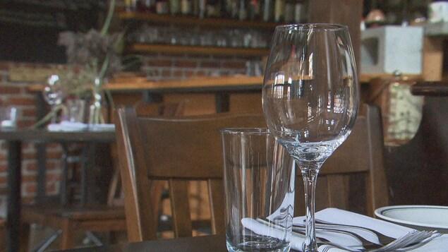 Des verres vides sur une table au restaurant de Shawinigan Le Zélé.