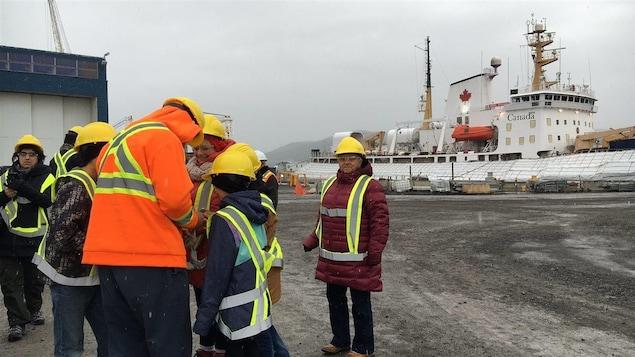 Visiteurs au chantier maritime Verreault des Méchins.