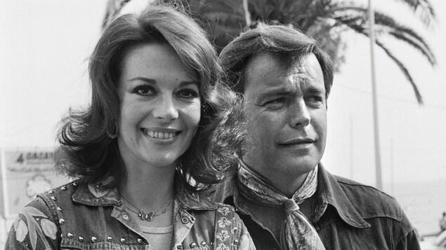 Natalie Wood sourit à la caméra aux côtés de son mari Robert Wagner qui la tient par la taille au Festival de Cannes en 1976