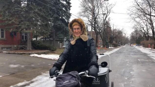 Claude Lefrançois à vélo par une fraîche journée d'hiver.