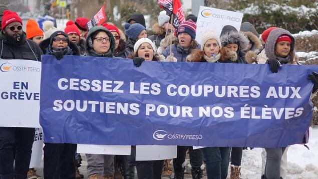 Des manifestants avec une bannière.