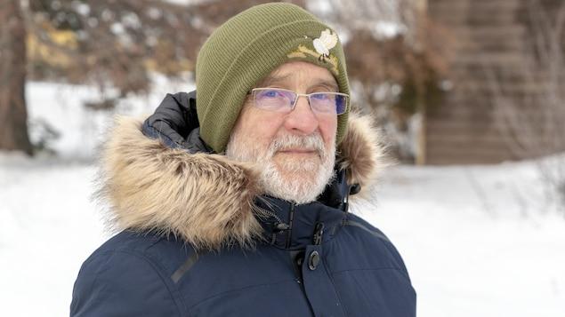 Un gros plan du visage de Vianney Gallant, qui se tient debout dans sa cour enneigée le 19 décembre 2020.