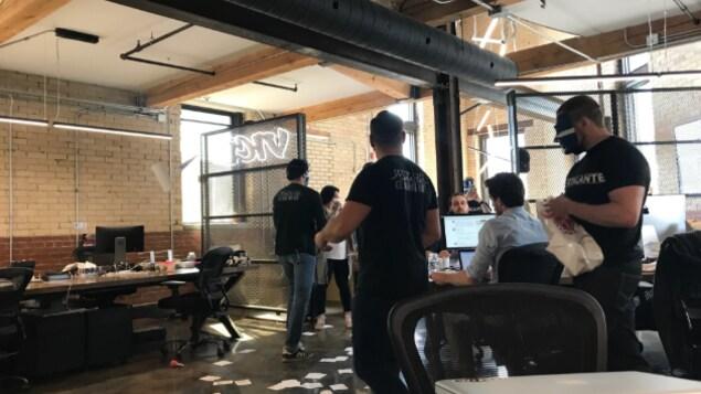 Des hommes masqués ont semé la pagaille dans la salle de rédaction.
