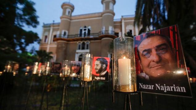 Veillée aux chandelles devant des portraits des victimes.