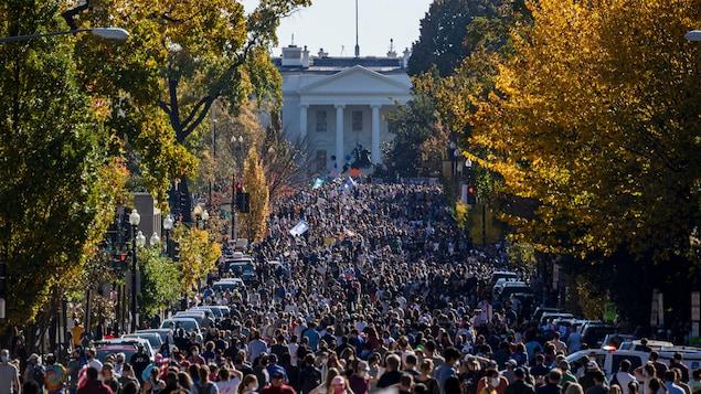Une foule devant la Maison-Blanche