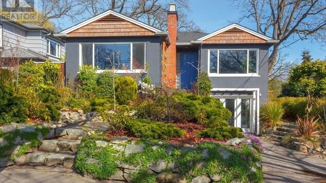 Façade d'une maison sur deux étages à Victoria agrémentée d'un jardin aménagé en premier plan.