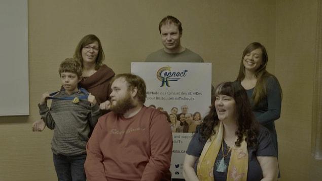 Tournage d'une vidéo avec adultes vivant avec le spectre de l'autisme. Ils posent tous rassemblés alors qu'on les filme.