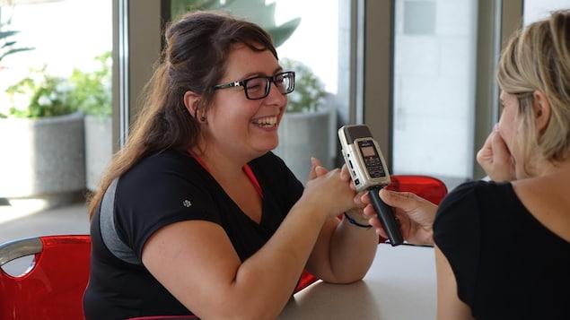 Une femme sourit durant une entrevue.