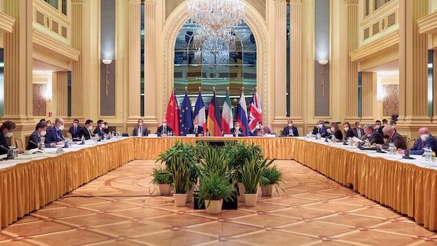 Des représentants de différents pays réunis dans une grande salle à Vienne.