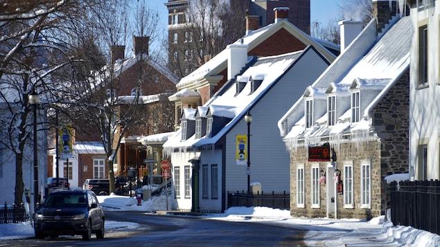 Des maisons dans une rue du vieux Trois-Rivières, durant l'hiver.