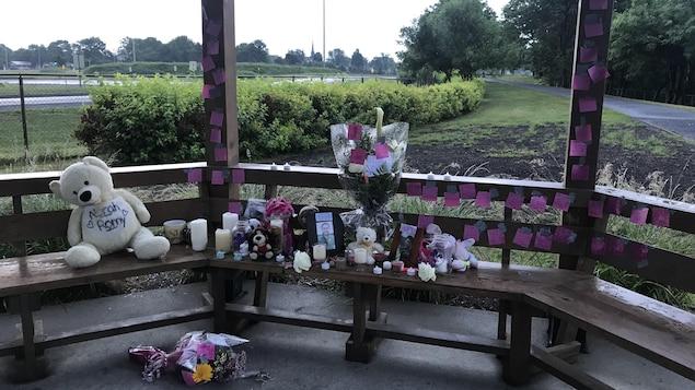 Des chandelles, des bouquets de fleurs, des toutous et des messages ont été déposés dans un petit kiosque.