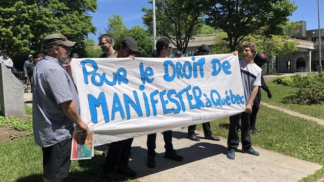 Les militants ont brandi une bannière réclamant «le droit de manifester à Québec».