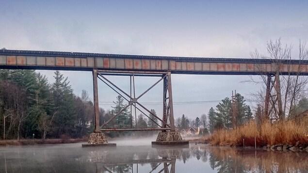 Un pont ferroviaire surplomble la rivière Missisquoise.