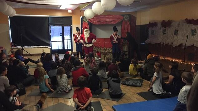 Des enfants regardent la père Noël