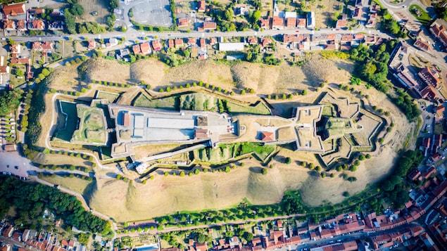 Vue du ciel de la Citadelle de Bitche, une forteresse médiévale située près de la frontière allemande.