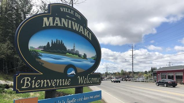 Une affiche sur laquelle on peut lire « À Maniwaki, la famille c'est dans ma nature » accueille les visiteurs à l'entrée de la municipalité.