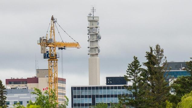 Une grue dans le centre-ville de Moncton.