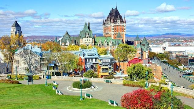 Le Vieux-Québec est un quartier historique de la ville de Québec, la première destination de vacances des québécois pour l'été 2019. La photo montre une vue panoramique du Vieux-Québec.