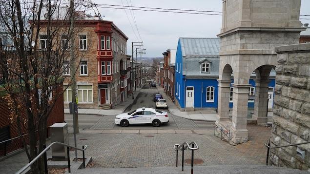 Une autopatrouille circule sur une rue, au printemps.