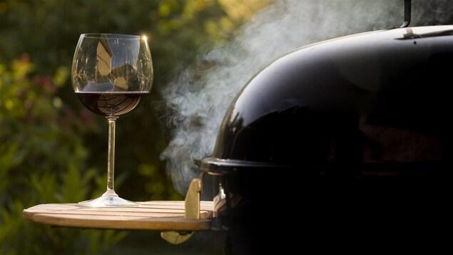 Une coupe de vin et un barbecue