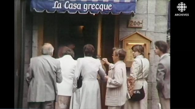 Des clients entrent dans un restaurant La casa grecque.