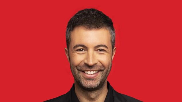 Le candidat libéral dans Jonquière, Vincent Garneau, sourit à la caméra.