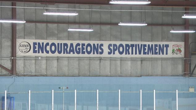 """Une bannière sur laquelle il est inscrit """"encourageons sportivement""""."""