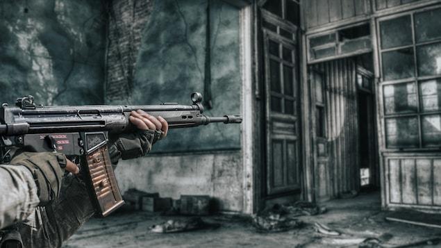 Représentation animée d'une personne qui tient une arme d'assaut dans une vieille maison abandonnée.