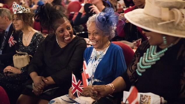 Yolanda McLean, à gauche, regarde le mariage avec sa mère, Melinda McClean , au théâtre Princess of Wales, à Toronto.