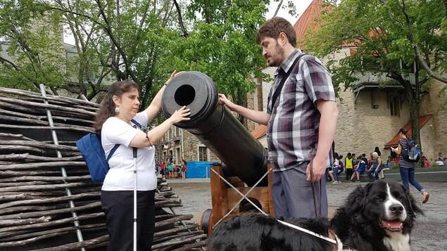 Les personnes vivant avec un handicap visuel peuvent notamment en apprendre en touchant aux canons du Vieux-Québec. Elles sont accompagnées de leur chien-guide.