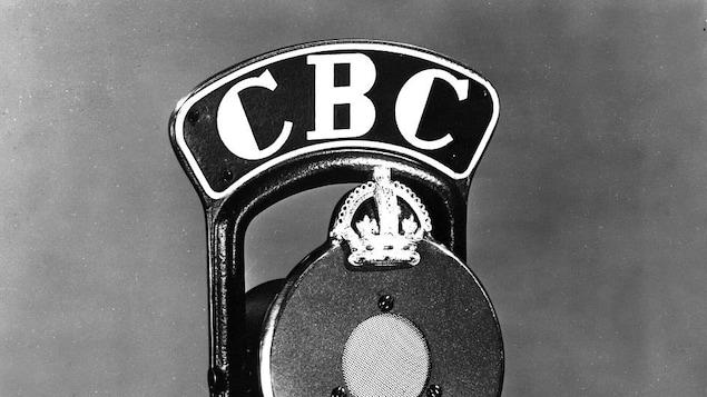 Micro de radio orné d'une couronne et de l'identifiant CBC.