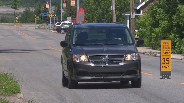 Une voiture roule dans une zone de 35 km/h.