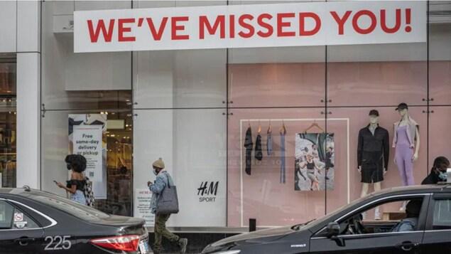 """Una vitrina comercial con el mensaje """"te echamos de menos""""."""