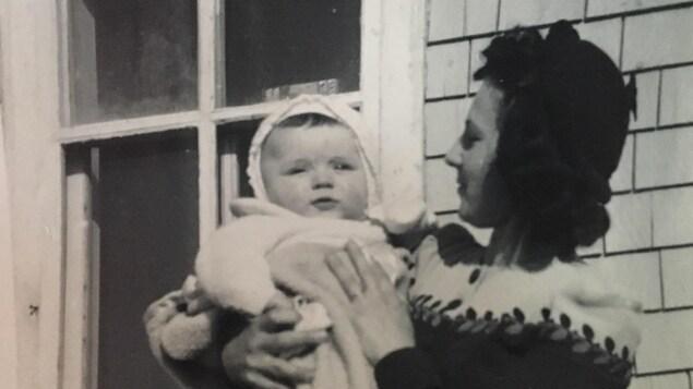 Vivine Ross tient un bébé dans ses bras, en 1944. Il s'agit de Jacques Léger, décédé le 20 janvier dernier