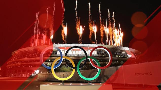 Des feux d'artifice illuminent le stade olympique de Tokyo.