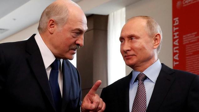 Gros plan de Vladimir Poutine et d'Alexandre Loukachenko.