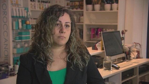 Le portrait d'une femme dans un salon de coiffure.
