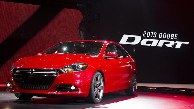 Une Dodge Dart présentée lors d'un salon de l'automobile