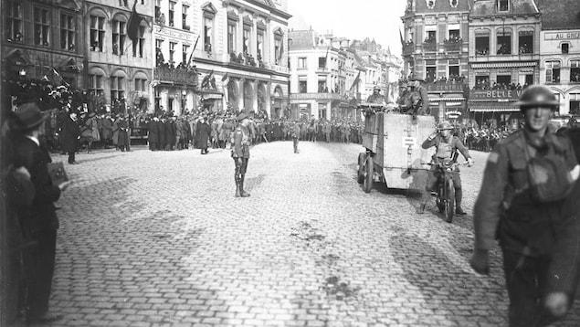 Photo d'archives montrant des soldats à pied, en moto et à bord d'une voiture blindée lors d'une parade de la victoire.