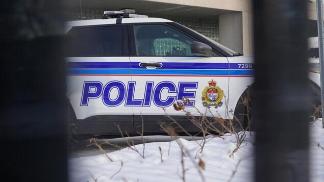 """Image de la voiture, où on voit le mot """"police"""" sur les portes."""