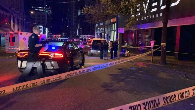 Voitures de police devant un bar du centre-ville de Vancouver