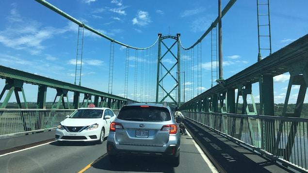 Des voitures sur le pont de l'Île-d'Orléans