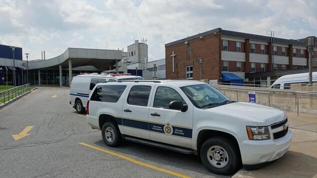 Un véhicule de l'Agence des services frontaliers devant l'entrée des urgences de l'hôpital Santa Cabrini