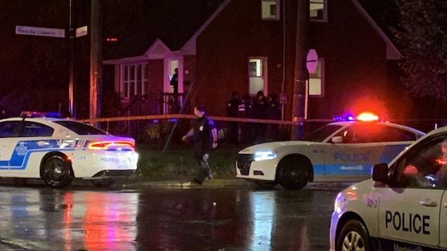 Voitures de police dans la rue Pierre-De-Coubertin, à Montréal.
