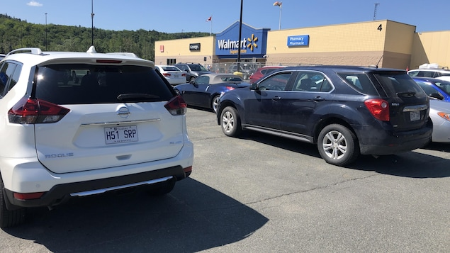 Des voitures avec des plaques du Québec stationnées au Walmart.