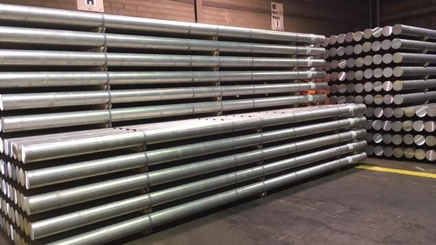 Des billots d'aluminium empilés