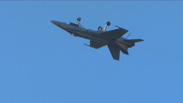 Un CF-18 fait des prouesses dans le ciel de Bagotville.