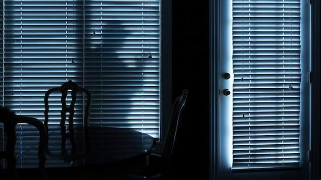 La silhouette d'un voleur devant une résidence.