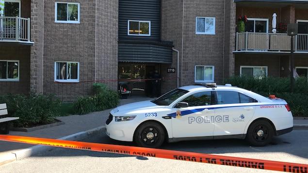 Une voiture de police devant le 2715 rue Arthur-Rousseau, où est survenu un vol qualifié.