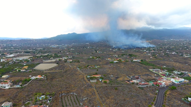 Une vue aérienne de la fumée dégagée par une coulée de lave crachée par un volcan sur l'île de La Palma.